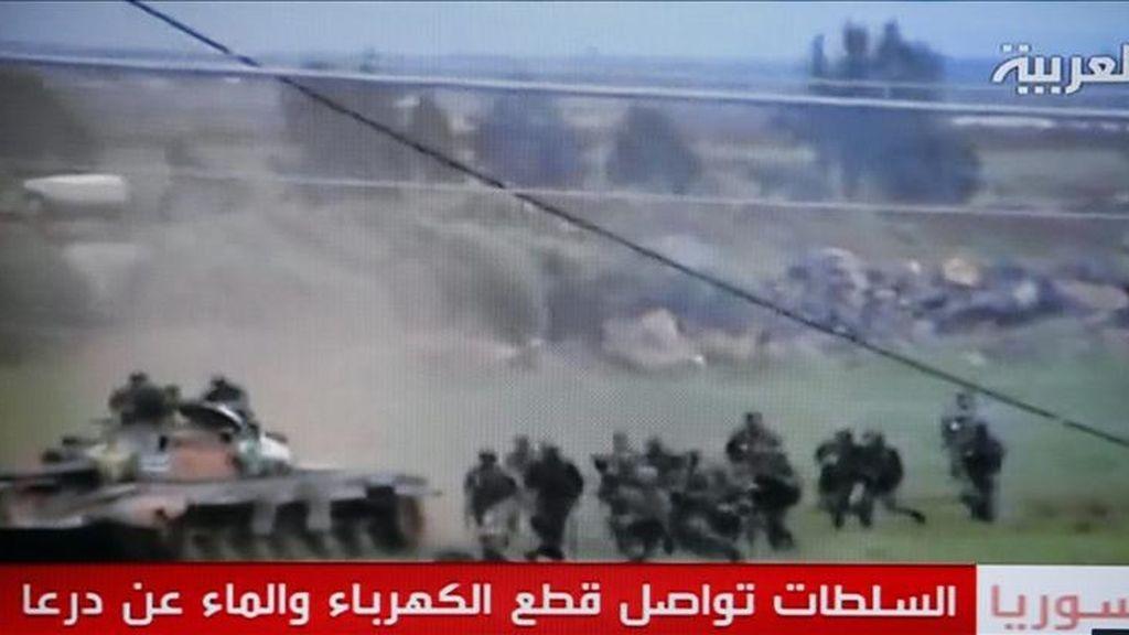 Imagen de televisión emitida por el canal Al Arabiya y capturada ayer jueves 28 de abril, que muestra un tanque del ejército sirio y soldados llegando a la ciudad de Deraa, Siria, el 26 de abril de 2011. EFE