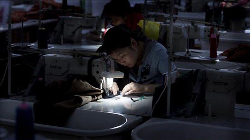 En el sector manufacturero se ganaron otros 16.000 empleos en noviembre, mientras que en el de la construcción se perdieron 3.000, que es el descenso más bajo desde junio de 2007. EFE/Archivo