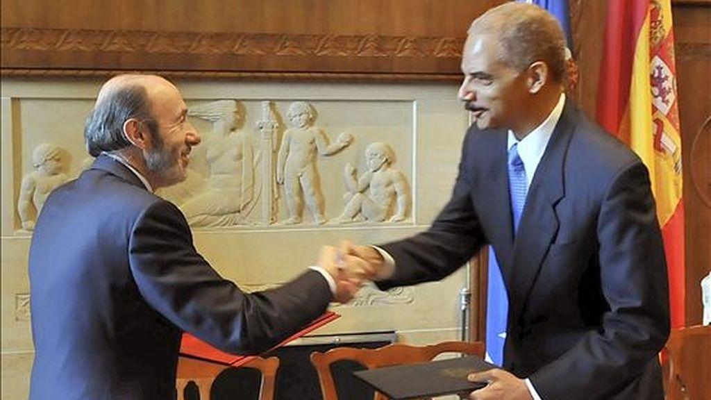 El ministro del Interior español, Alfredo Pérez Rubalcaba (i), y el fiscal general de EE.UU., Eric Holder (d), durante la firma de un convenio de colaboración sobre el incremento de la cooperación para impedir y combatir la delincuencia. EFE