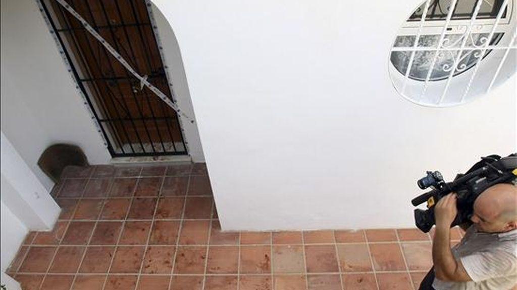 Restos de sangre en la entrada al domicilio de una pareja británica, en la localidad malagueña de Benalmádena, donde la mujer de 48 años ha sido detenida por la Policía como presunta autora de la muerte de su marido, de 57 años, que sufrió una herida profunda de arma blanca. EFE
