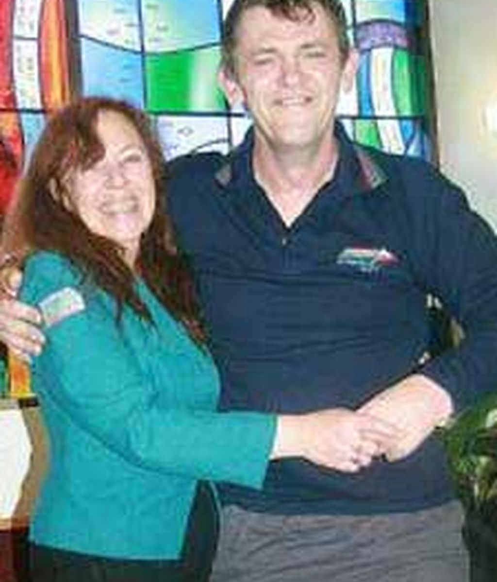 Russell McPhee con su novia Kerry Crossley. Foto: Timesonline.com