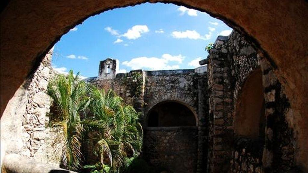 Fotografía cedida hoy por el Instituto Nacional de Antropología e Historia (INAH) del convento Maní en el estado mexicano de Yucatán, que data del siglo XVI y donde un grupo de expertos mexicanos han concluido la primera etapa de su restauración. EFE