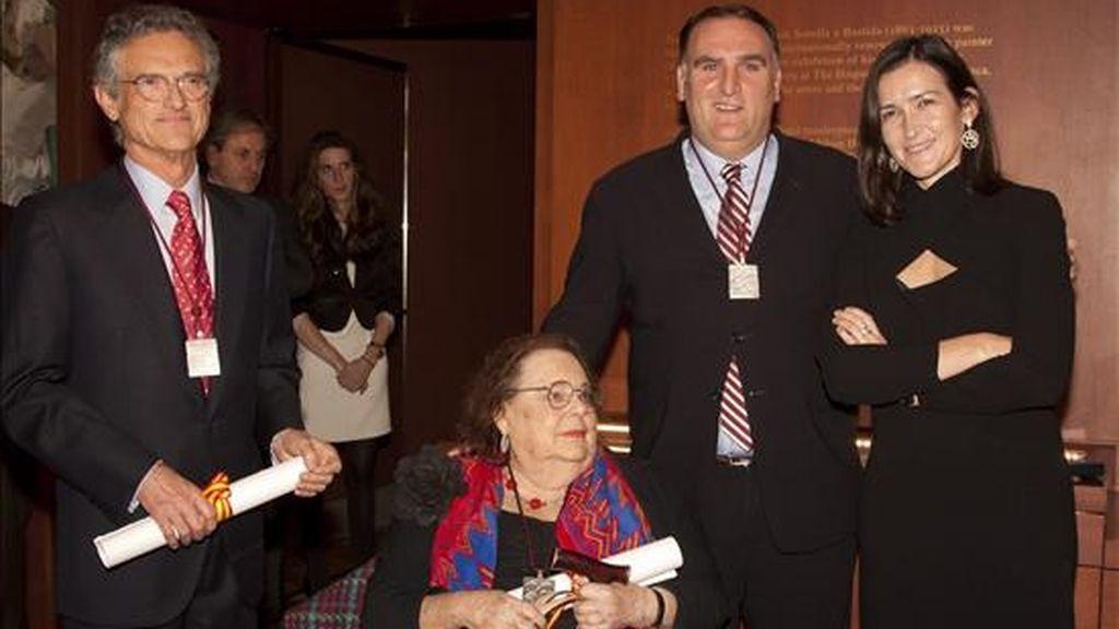 La ministra de Cultura de España, Ángeles González-Sinde (d), entregó hoy, martes 30 de noviembre de 2010, las medallas de la Orden de las Artes y las Letras de España a la escritora Barbara Probst Solomon (c-abajo), al psiquiatra Luis Rojas Marcos Viesca (i) y al chef y restaurador José Ramón Andrés Puerta (José Andrés) (2d), durante una ceremonia llevada a cabo en la Hispanic Society de Manhattan, Nueva York, EE.UU.. EFE