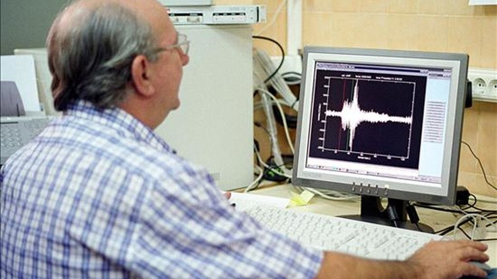 Pedro Jaúregui, del Departamento de Sismología de la Universidad de Alicante, observa el registro del terremoto de magnitud 4,3 grados en la escala de Ritcher que tuvo lugar en 2003 con epicentro en el Mar Mediterráneo a unos 30 kms de la ciudad de Valencia. EFE/Archivo