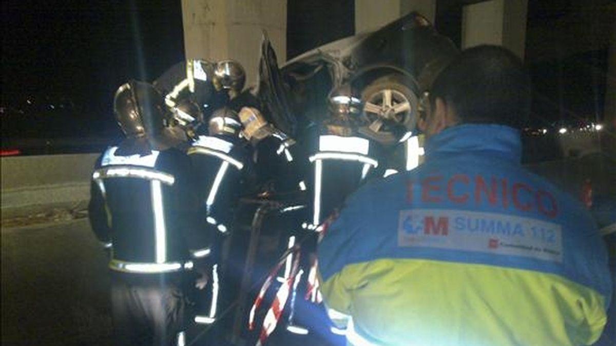 Bomberos rescatan el cadáver de un hombre que quedó atrapado en el interior de un vehículo. EFE/Archivo