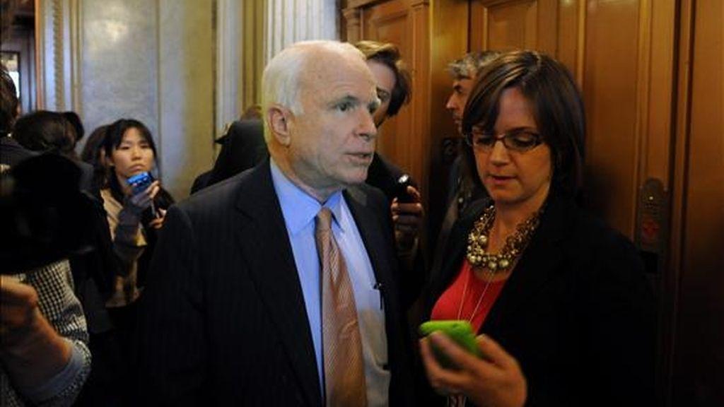 El senador republicano por Arizona, John McCain (c), habla con la prensa en el Capitolio, en Washington D.C. (EE.UU.). EFE
