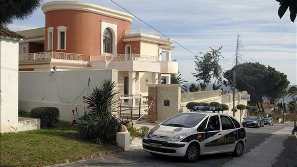 Vista del exterior de la vivenda de la urbanización La Carolina, de la localidad malagueña de Marbella, en la que ha sido encontrado hoy el cadáver de un iraquí de 68 años, con signos de violencia. EFE