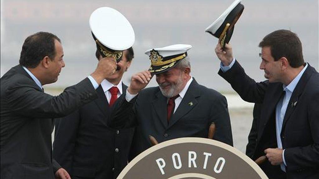 El presidente de Brasil, Luiz Inácio Lula da Silva (c), el gobernador de Río de Janeiro, Sergio Cabral (i), y el alcalde de la ciudad, Eduardo Paes (d), participan en la ceremonia de lanzamiento del proyecto de revitalización del puerto de Río de Janeiro (Brasil). EFE