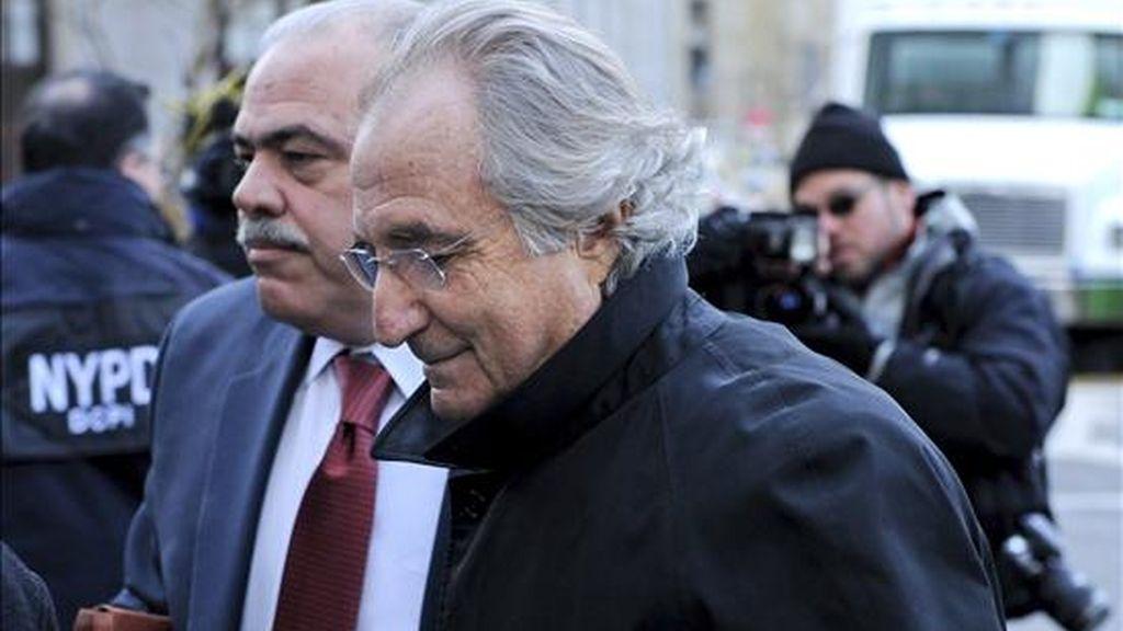 En la imagen del pasado mes de enero, el financiero estadounidense Bernard Madoff llega a la Corte Federal para una audiencia sobre su fianza. EFE/Archivo