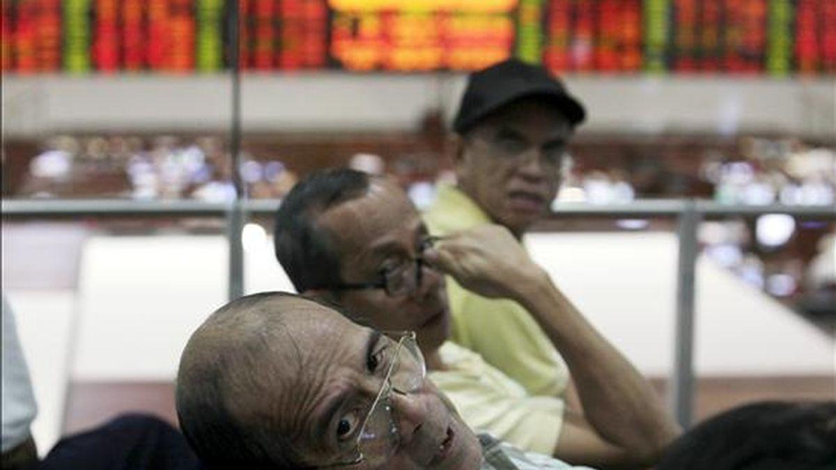 Varios agentes de bolsa filipinos en la Bolsa de Manila (Filipinas). EFE/Archivo