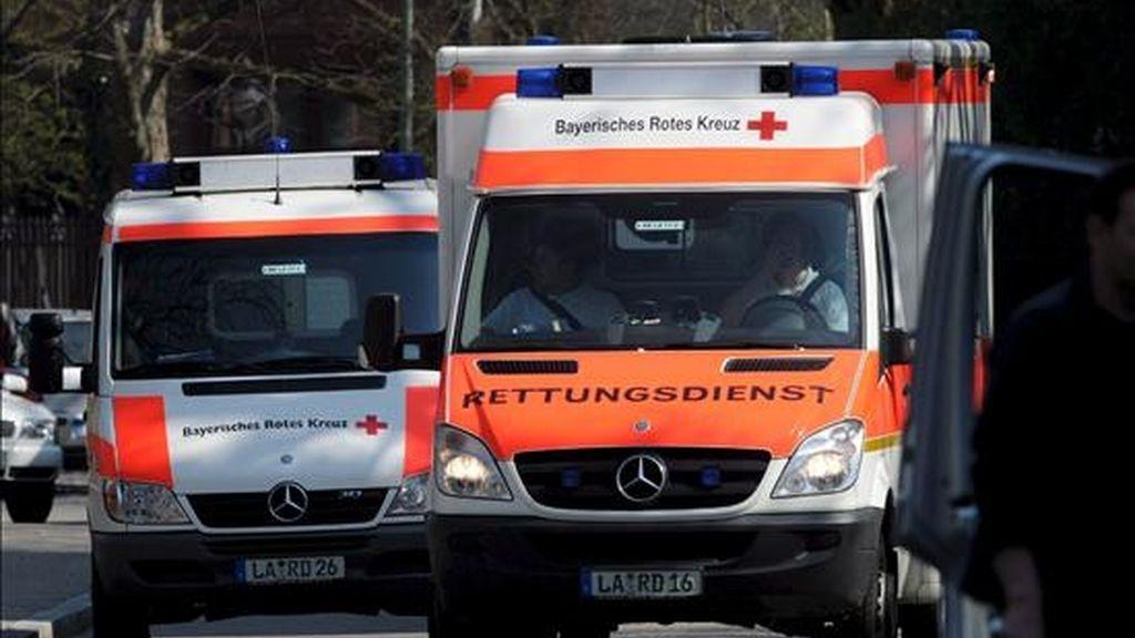 Varias ambulancias llegan a los juzgados de Landshut, Alemania, el 7 de abril de 2009. Al menos dos personas han muerto en un tiroteo que se ha producido en estos juzgados. Según ha informado la policía Leonard Mayer ha sido el autor de los disparos, quien se ha suicidado posteriormente. EFE