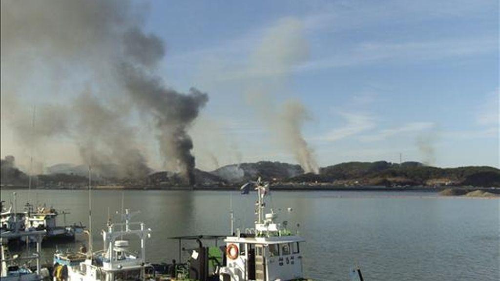 Varias columnas de humo salen de la isla surcoreana de Yeongpyeong, tras una serie de disparos de artillería realizados por Corea del Norte en su costa occidental hacia territorio surcoreano en la zona fronteriza del Mar Amarillo, según informaron fuentes militares surcoreanas, hoy, 23 de noviembre de 2010. EFE