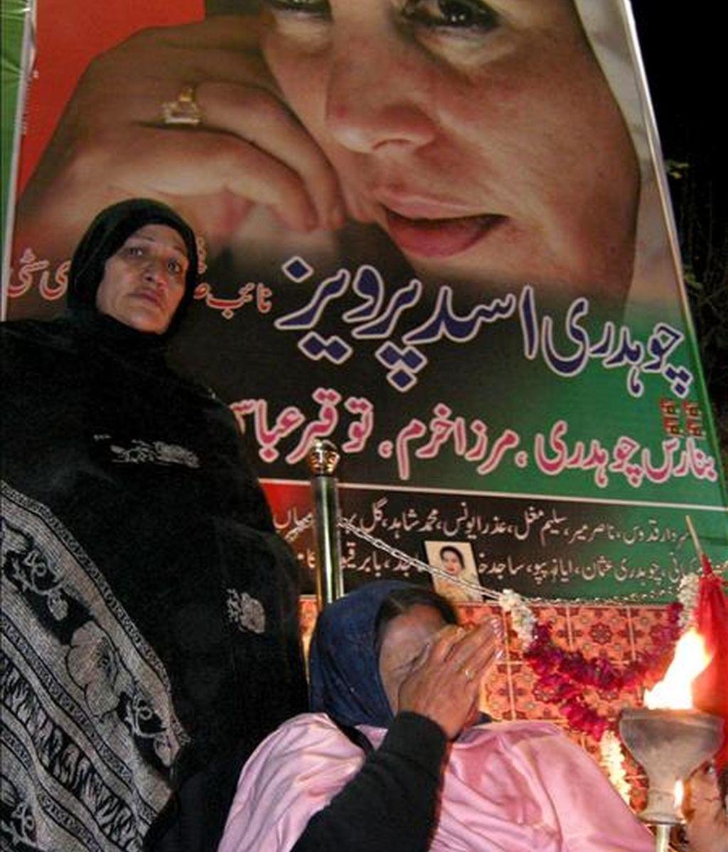 En la imagen, dos simpatizantes de la ex primera ministra paquistaní Benazir Bhutto, asesinada en un ataque terrorista Benazir Bhutto. EFE/Archivo