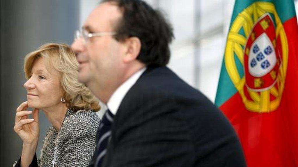 La ministra española de Administraciones Públicas, Elena Salgado, y el ministro de Medio Ambiente, Ordenación del Territorio y Desarrollo Regional de Portugal, Nunes Correia, durante la Conferencia de Cooperación Transfronteriza, hoy en Guimaraes (Portugal). EFE