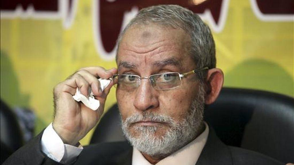 Fotografía fechada ayer, martes 30 de noviembre de 2010, de Mohamed Badía, el líder de los Hermanos Musulmanes, la principal fuerza de la oposición egipcia, durante una rueda de prensa. EFE/Archivo