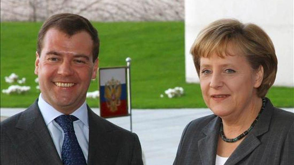 La canciller alemana, Angela Merkel, y el presidente ruso, Dmitri Medvédev, hoy en Berlín. EFE