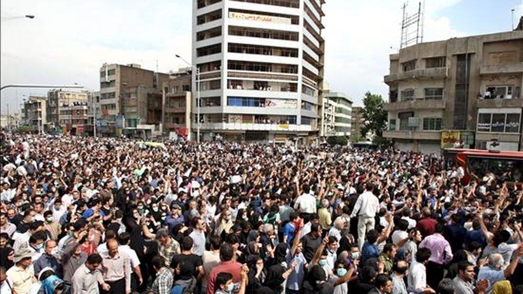 Miles de seguidores del líder opositor iraní Mir Husein Musaví participan en un acto de protesta contra el presunto fraude en las elecciones presidenciales del viernes pasado, en Teherán, Irán. EFE