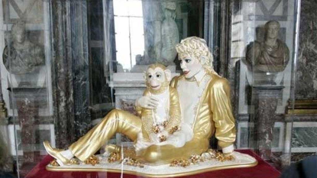 La escultura 'Michael Jackson y Bubbles', obra de Jeff Koons expuesta en el Palacio de Versalles. Fot: AP.