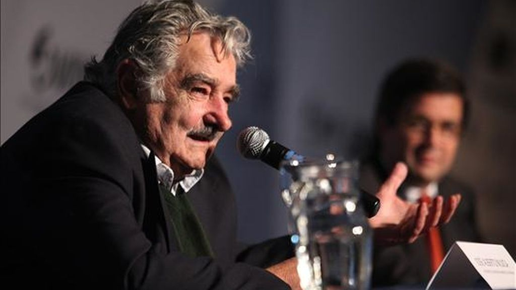 El presidente uruguayo, José Mujica (i), habla  durante la apertura del XIII Foro Interamericano de la Microempresa (Foromic), en el Laboratorio Tecnológico de Uruguay (LATU), en Montevideo. EFE