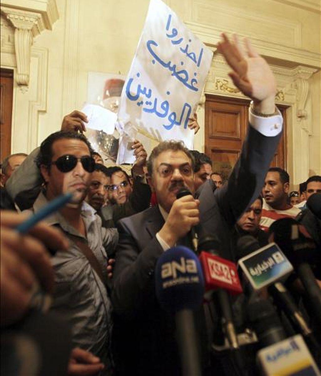 El jefe del partido opositor egipcio Wafd, Al Sayed al Badawi (c), comparece hoy en una rueda de prensa en El Cairo, Egipto. El partido liberal Wafd confirmó hoy su decisión de retirarse de la segunda vuelta de las elecciones parlamentarias en Egipto, que se celebrarán el próximo domingo, en protesta por el fraude cometido en la primera ronda de los comicios. EFE