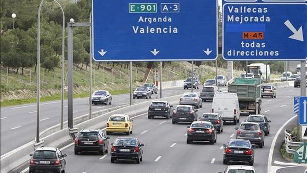 Tráfico fluido en la carretera A-3, dirección Valencia, a la altura de Vallecas en Madrid. EFE