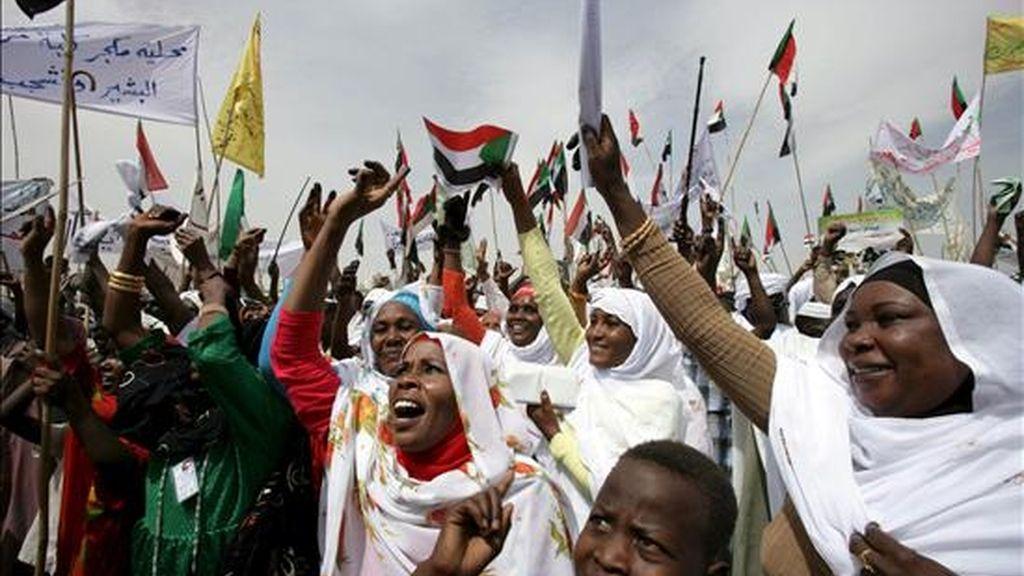 Seguidores del presidente de Sudán, Omar Hassan al Bashir participan el pasado 7 de abril, en una manifestación en la ciudad de Zalinger, ubicada en la región de Darfur, al oeste de Sudán. EFE/Archivo