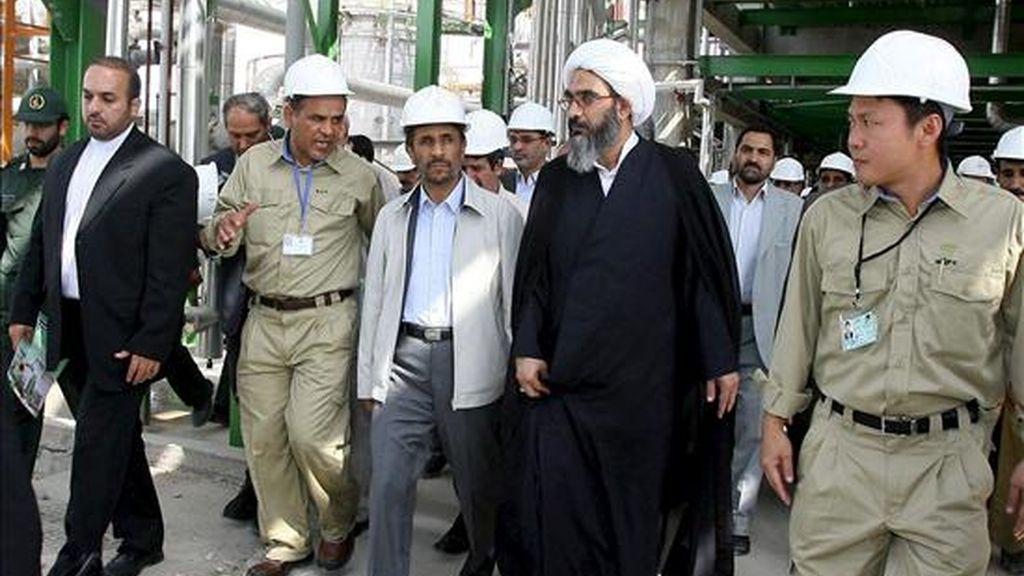 El presidente iraní, Mahmud Ahmadineyad (c), asiste a la inauguración de una planta petroquímica en Asalouyeh. EFE