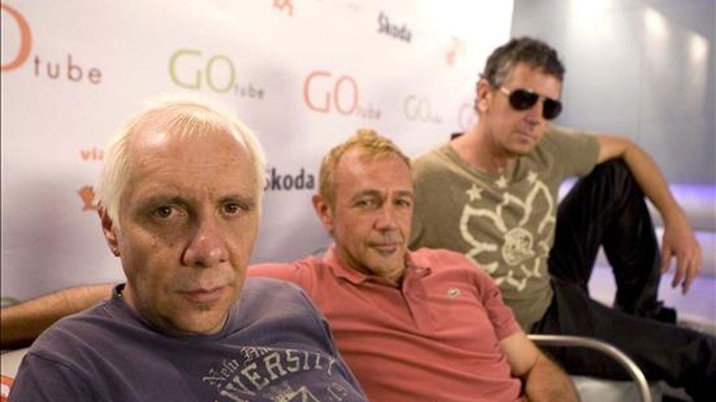 Los componentes del grupo musical La Unión Rafa Sánchez (c), Luis Bolín (d), y Mario Martínez, durante la presentación de su nueva gira 'Bing Bang 1.0'. EFE
