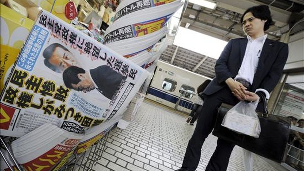 Un hombre observa las portadas de los periódicos, que recogen los resultados de las elecciones al Senado, en Tokio (Japón), hoy, 12 de julio de 2010. El Partido Democrático (PD) del primer ministro, Naoto Kan, perdió 10 escaños en las elecciones parciales al Senado del domingo y obtuvo 44 asientos, mientras que el opositor Partido Liberal Demócrata (PLD) recuperó 13 y avanzó hasta los 51 escaños, según los resultados finales conocidos hoy. EFE