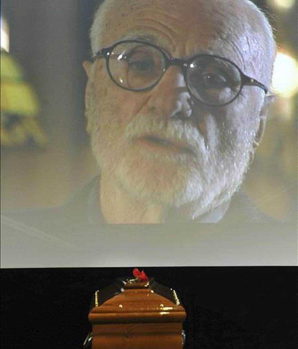 El ataud del cineasta italiano Mario Monicelli, durante su funeral en Roma, Italia. EFE