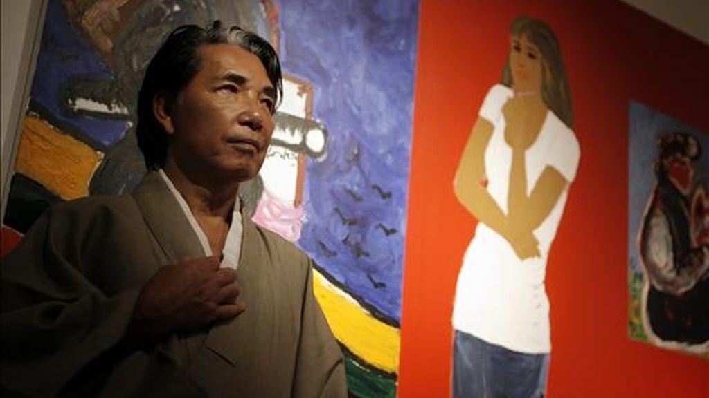 El ex diseñador japonés Kenzo posa junto a una de sus obras en la galería Lordi de la ciudad de Buenos Aires (Argentina). EFE