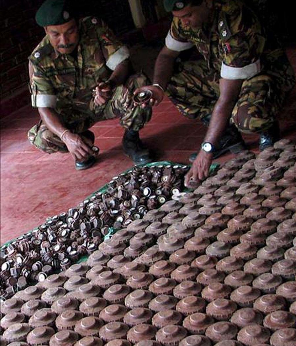 Miembros de una unidad especial de la policía realizan un recuento de minas antipersona y oreos explosivos recuperados en áreas donde opera la guerrilla Tigres para la Liberación de la Patria Tamil (LTTE), el pasado 3 de abril. EFE/Archivo