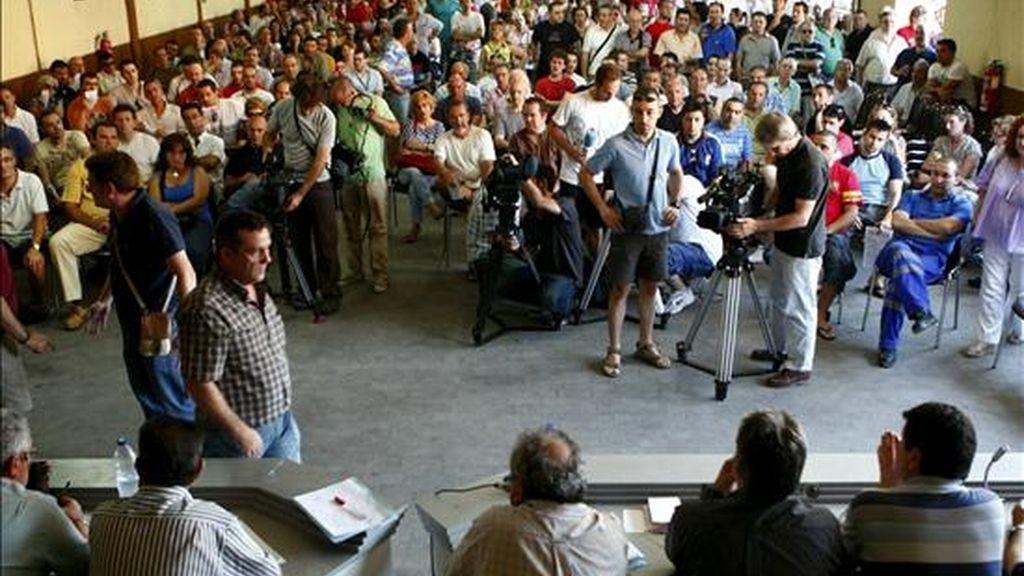 Momento de la asamblea de trabajadores de Metro de Madrid para decidir si desconvocaban o continúan con la huelga prevista para los días 13 al 16 y 20 al 23 de julio. EFE