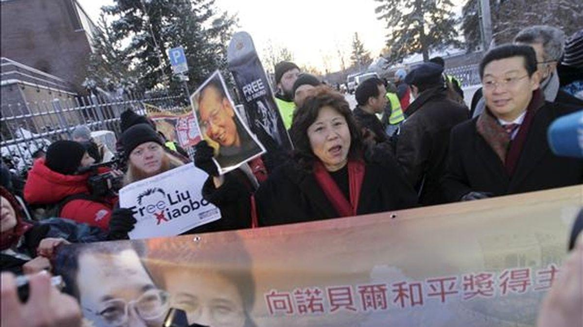 Seguidores del disidente chino Liu Xiaobo se manifiestan ante la embajada china en Oslo, Noruega. EFE