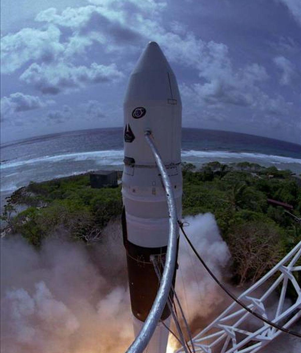 En septiembre del año pasado, el Falcon 2, diseñado y manufacturado totalmente por SpaceX, se convirtió en el primer cohete de combustible líquido desarrollado por el sector privado que orbitó la Tierra. EFE/Archivo