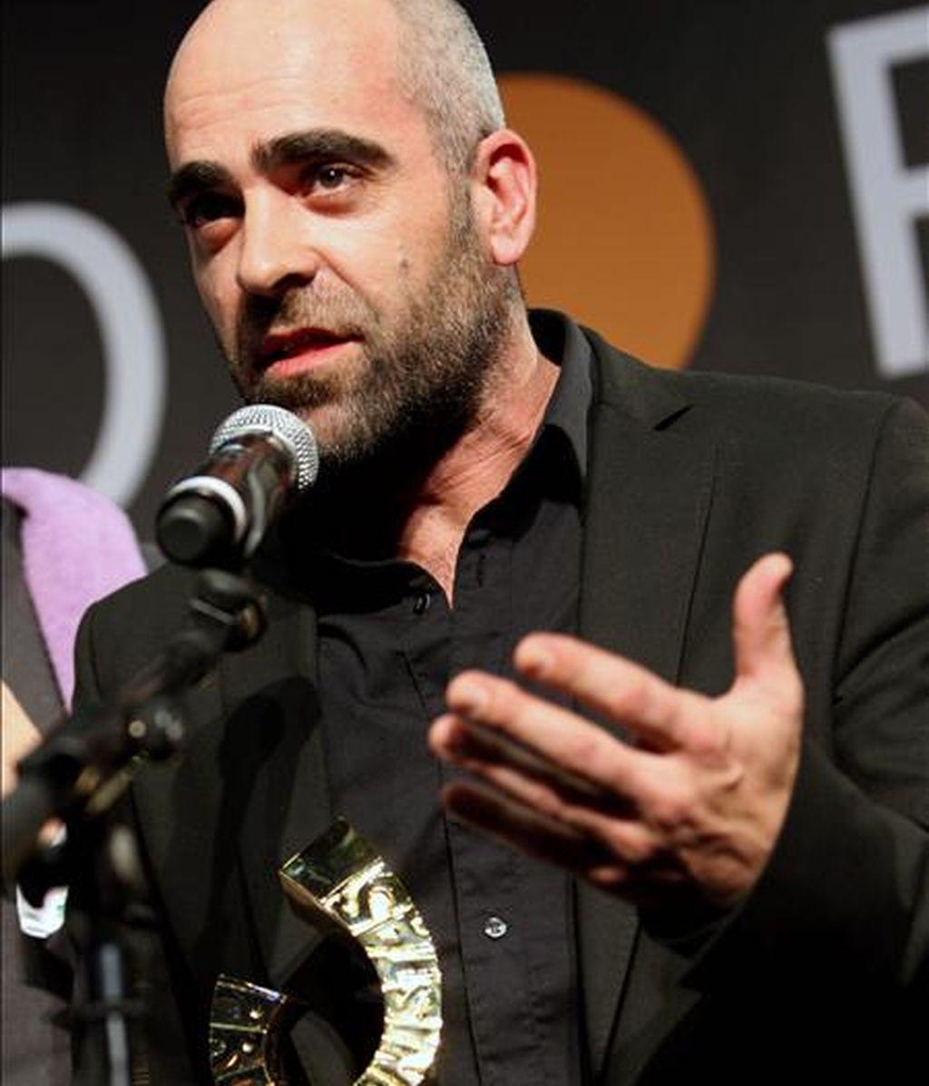 El actor Luis Tosar, con el premio Protagonista del año 2010. EFE/Archivo