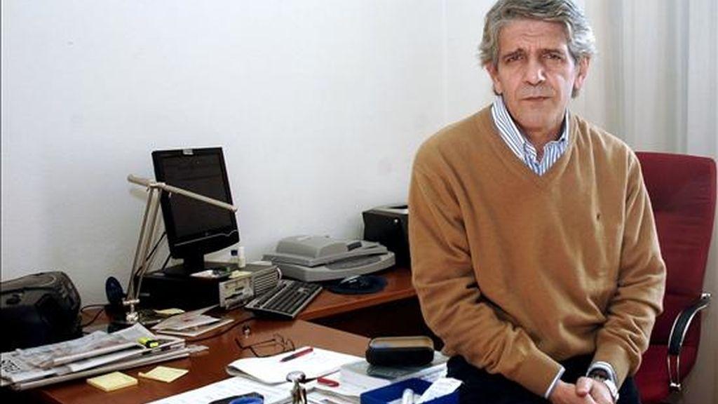 El periodista Antonio Álamo posa en su despacho tras conocer el fallo del jurado del XIII Premio Nacional de Periodismo Miguel Delibes el pasado diciembre. EFE/Archivo