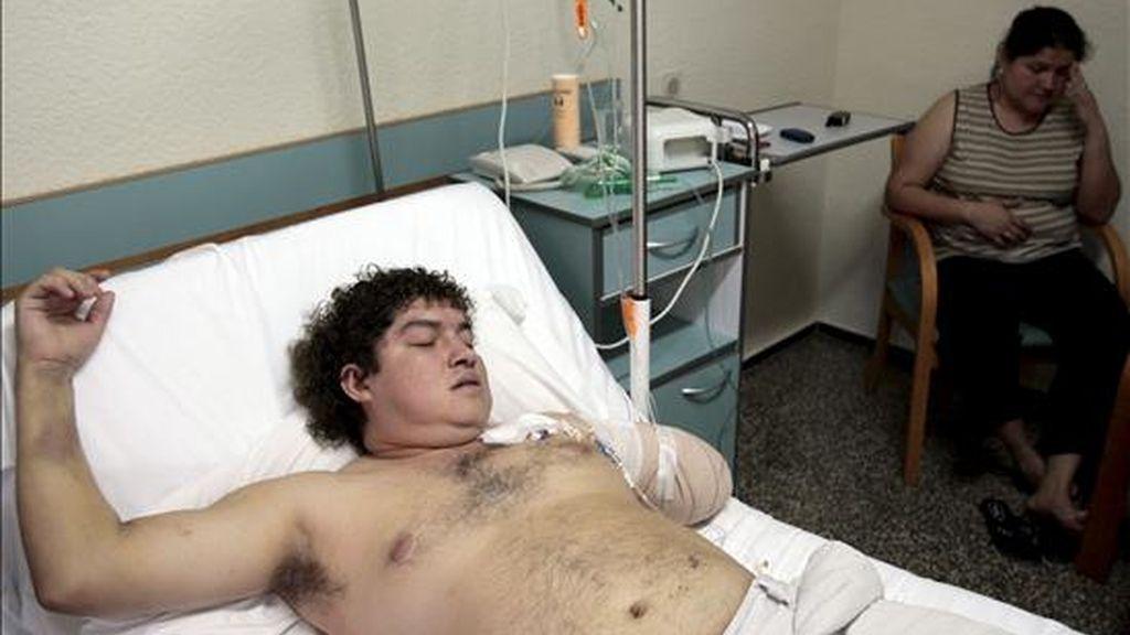Franns Rilles Melgar, el hombre de 33 años de edad y de origen boliviano, que sufrió la amputación del brazo izquierdo mientras se encontraba trabajando de madrugada en la panificadora, situada en Real de Gandia (Valencia), reposa en el hospital Virgen del Consuelo de la capital valenciana. EFE