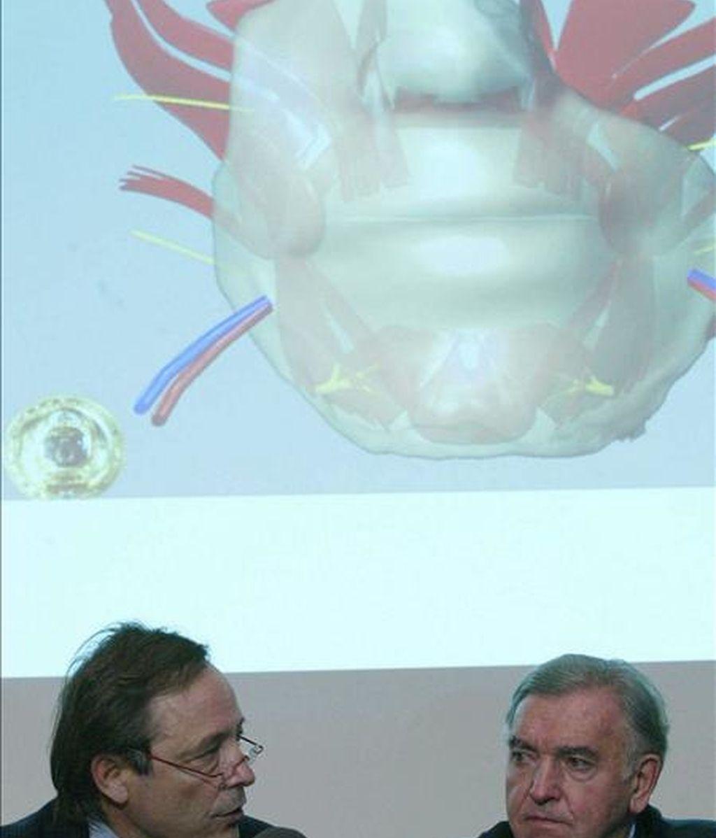 Dos cirujanos franceses atienden a los medios de comunicación en el hospital Edouard-Herriot de Lyon el pasado 2 de diciembre, tras realizar el primer transplante parcial de cara a una mujer de 38 años. EFE/Archivo
