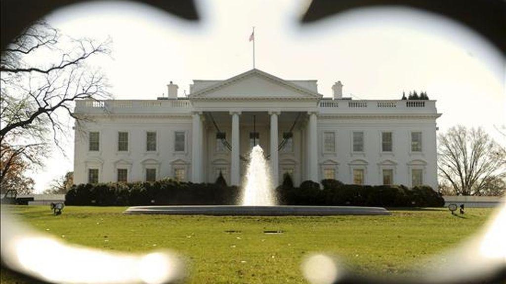 Vista general del ala norte de la Casa Blanca a través de una cerca, en Washington, EE.UU., este 29 de noviembre. La Casa Blanca anunció la creación de una comisión que investigará y pondrá en marcha reformas en la distribución de información clasificada. EFE