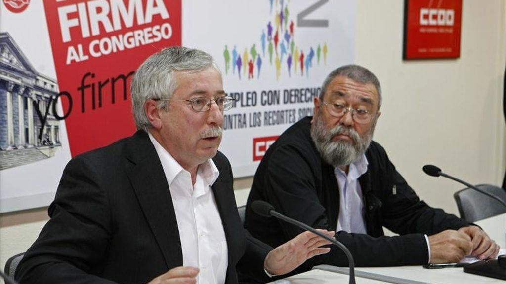 Los secretarios generales de CCOO, Ignacio Fernández Toxo (i), y de UGT, Cándido Méndez, durante la presentación del manifiesto y los actos con los que van a celebrar en toda España el Primero de Mayo. EFE