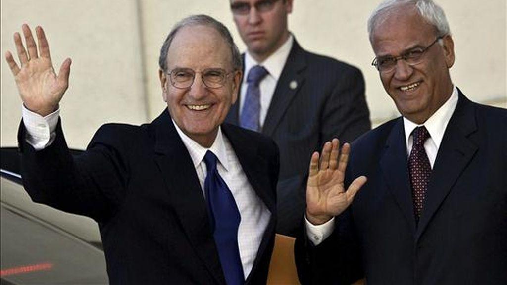 El enviado especial de EEUU para la paz en Oriente Medio, George Mitchell (i), y el negociador palestino Saeb Erekat (d), saludan a los periodistas tras el encuentro entre Mitchell y el presidente palestino, Mahmud Abás, en la ciudad cisjordana de Ramala, hoy martes 14 de diciembre de 2010. EFE