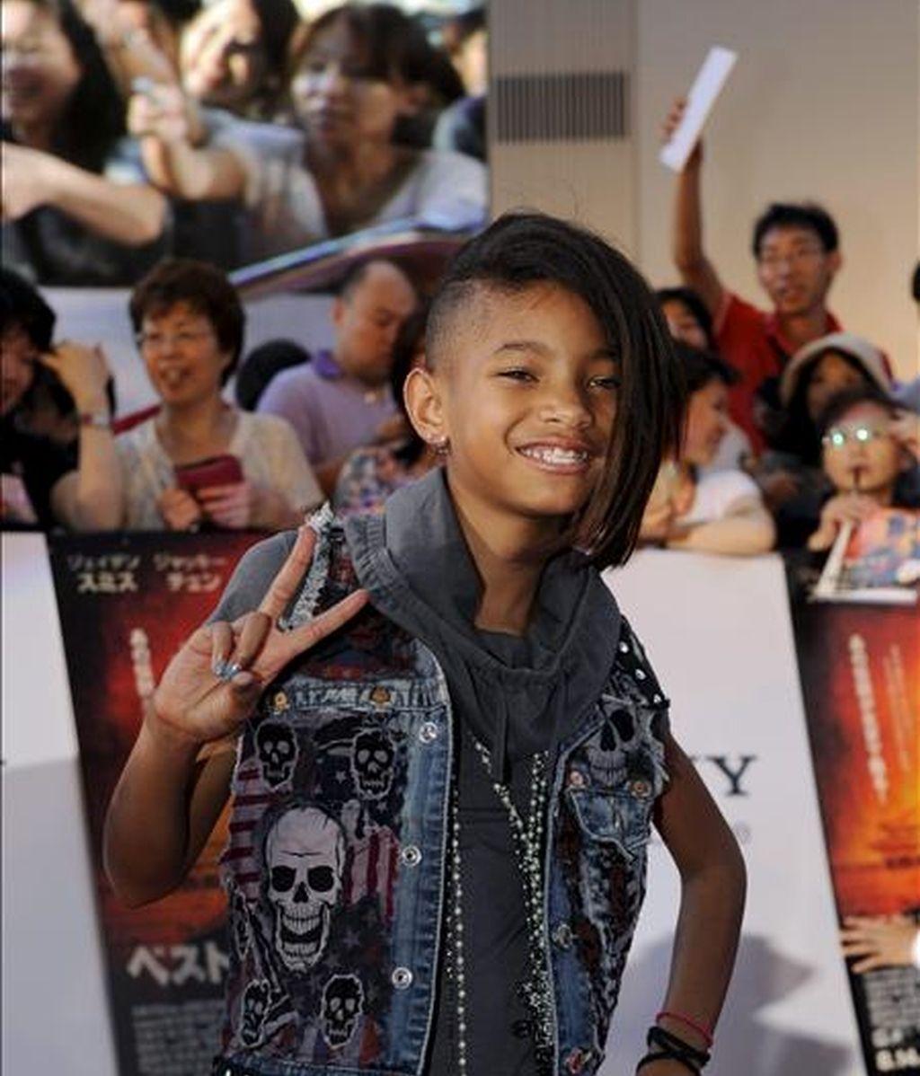 """La hija del famoso actor Will Smith, Willow Smith, saluda a su llegada al preestreno de la película """"Karate Kid"""" en la que su hermano Jaden Smith es protagonista en Tokio, Japón, el pasado mes de agosto. EFE/Archivo"""