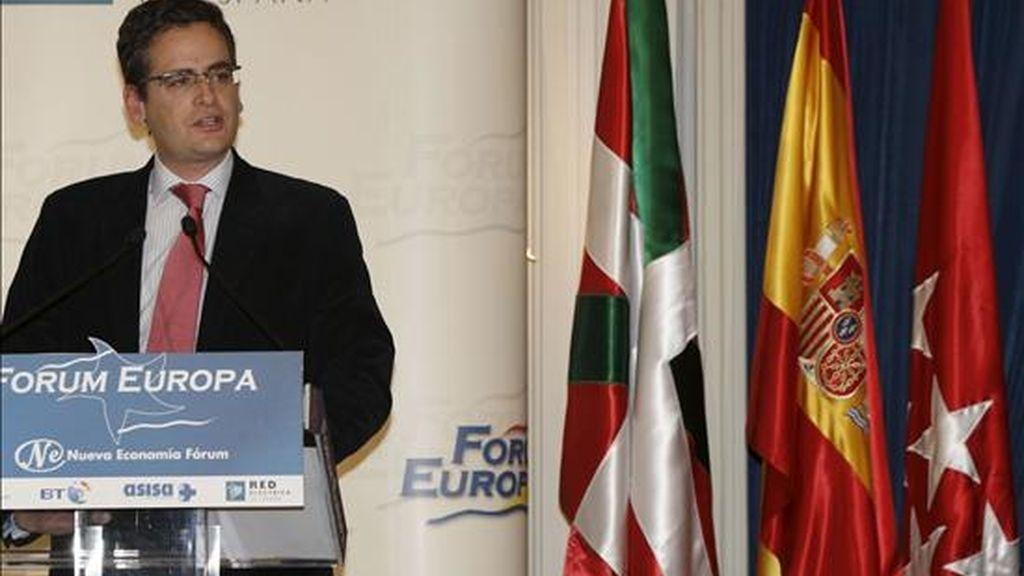 El candidato del PP a lehendakari, Antonio Basagoiti, durante su intervención hoy en el ciclo sobre las elecciones vascas del Fórum Europa. EFE