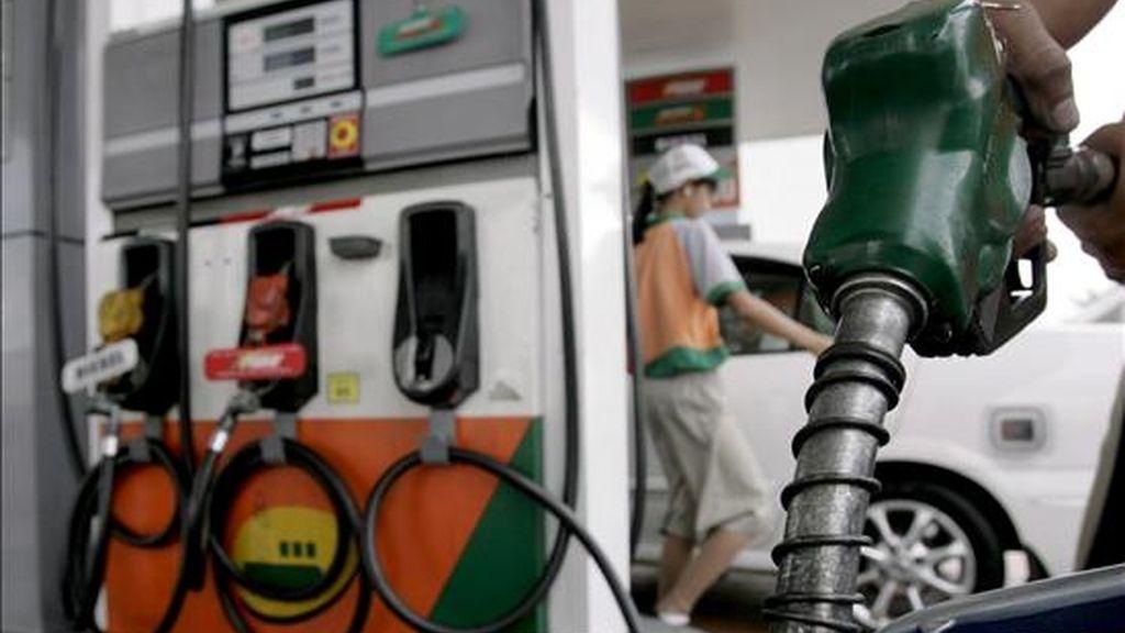 Un hombre llena el depósito de su moto en una gasolinera en Manila (Filipinas), el 25 de octubre de 2008. El precio del barril de petróleo cayó ayer a 61 dólares (48 euros) por el temor a una recesión global tras el anuncio de la Organización de Países Exportadores de Petróleo (OPEP) de recortar la producción de petróleo en 1,5 millones de barriles por día. EFE/Alanah M. Torralba