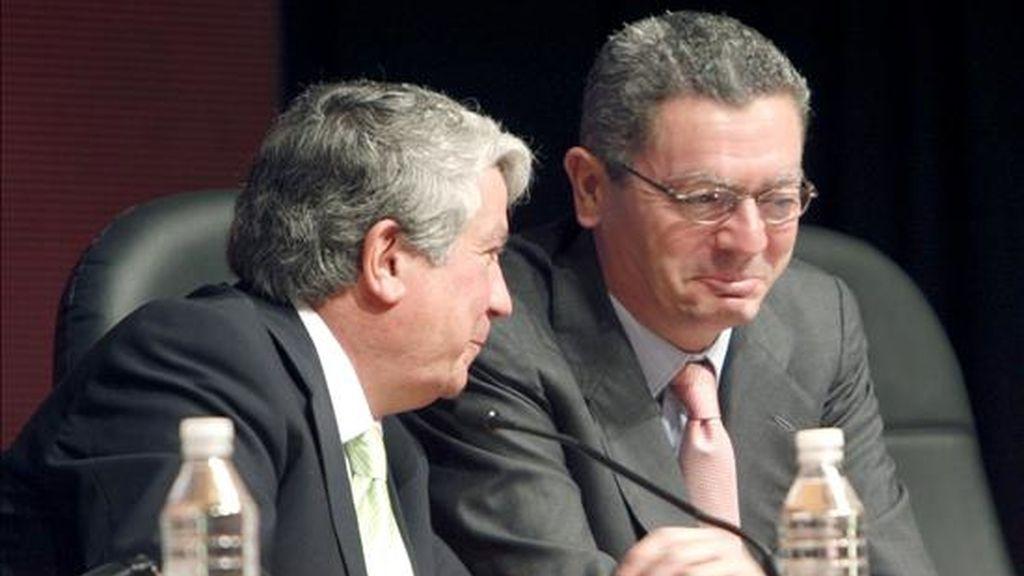 El presidente de la Confederación Empresarial Madrileña (CEIM), Arturo Fernández (i), charla con el alcalde de la capital, Alberto Ruiz-Gallardón, en una imagen de archivo. EFE/Archivo
