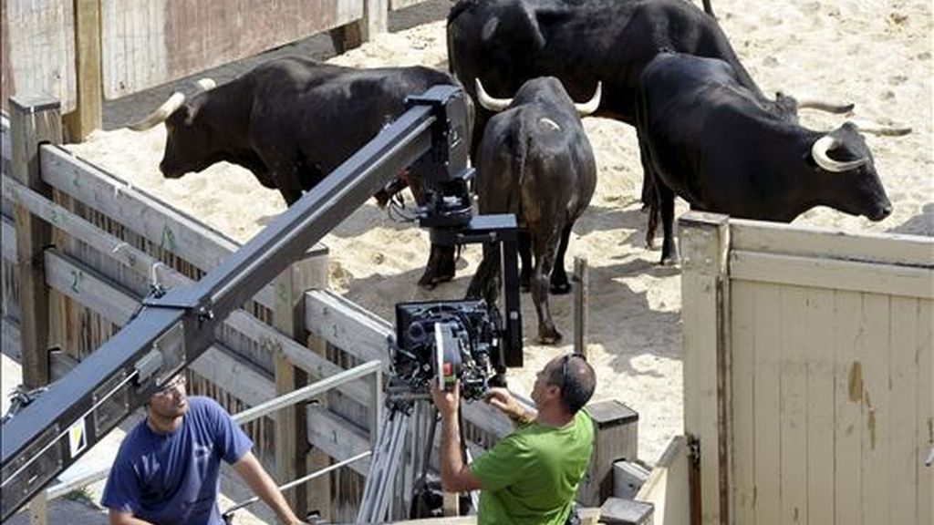 """Un momento del rodaje de película india """"Zindagi milegi da dobara"""" (""""Sólo se vive una vez""""), del director Zoya Akhtar, llevado a cabo hoy en Pamplona. """"Zindagi milegi da dobara"""" es el primer largometraje de la industria de Bollywood que se filma en España. EFE"""