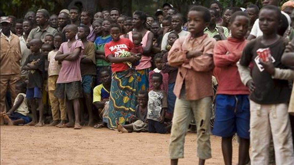 Varios congoleses permanecen reunidos en el centro de la ciudad para recibir a John Holmes, alto representante de la ONU para Ayuda Humanitaria, de visita a Dorouma (República Democrática del Congo) ayer. EFE