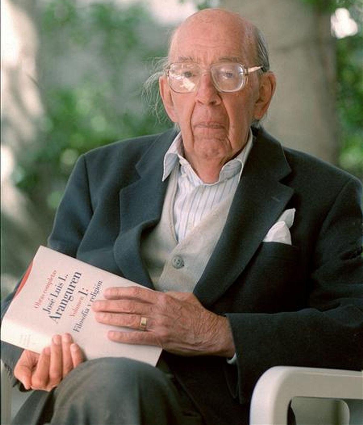 El filosofo José Luis López Aranguren posaba con uno de sus libros. EFE/Archivo