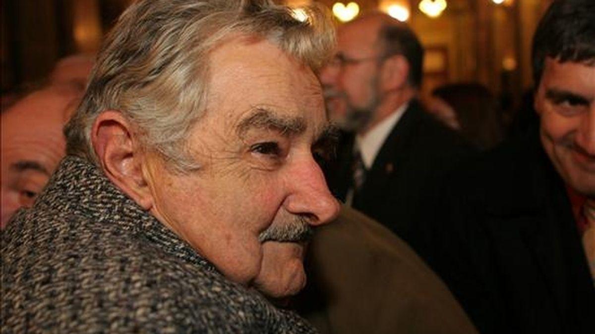 Mujica, de 75 años y del izquierdista Frente Amplio, cuenta en la actualidad con la antipatía del 17 de los uruguayos frente al 18 por ciento de rechazo con el que contaba en abril, cuando cumplía un mes en el cargo. EFE/Archivo